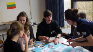 Schülerinnen und Schüler bei der Projektarbeit.