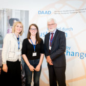 Simone Flach, Deborah Ferrini, Dr. Hanns Sylvester bei der Ehrung