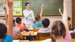 Schüler melden sich, Lehrerin ruft eine Schülerin auf