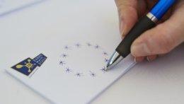 Hand malt mit Stift Sterne der Europa-Flagge.