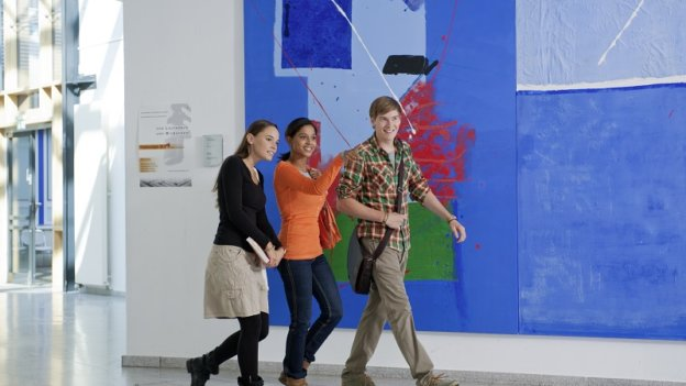 Drei Studierende in der Hochschule