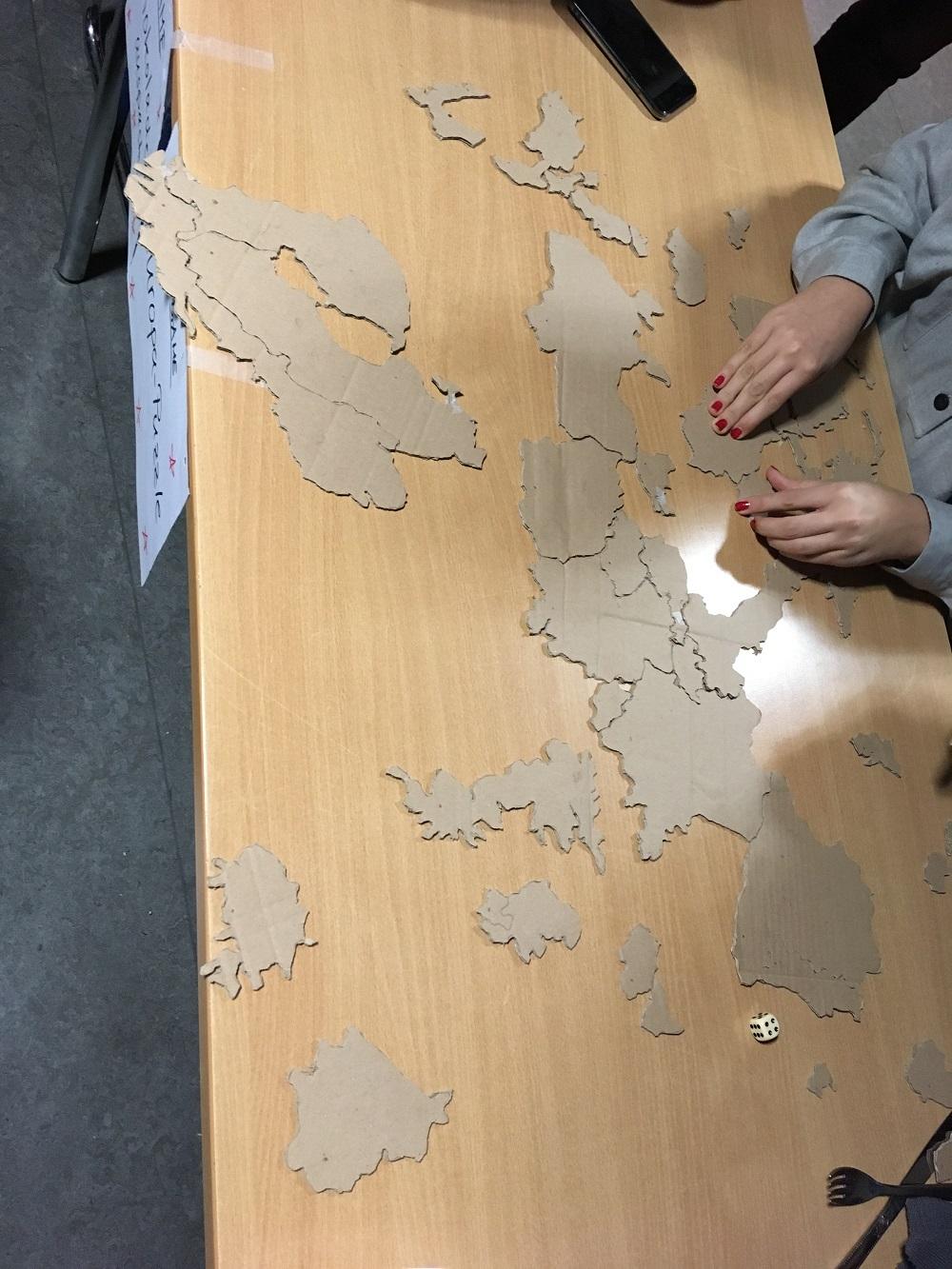 Jemand versucht, das Europa-Puzzle zu lösen.
