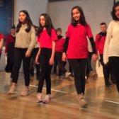 Die Schulklasse führte auf der Bühne den Tanz auf, den sie im Projekt gelernt haben.