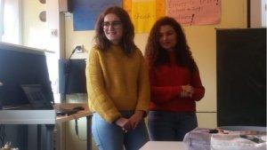 Die beiden italienischen Studentinnen im Klassenzimmer.