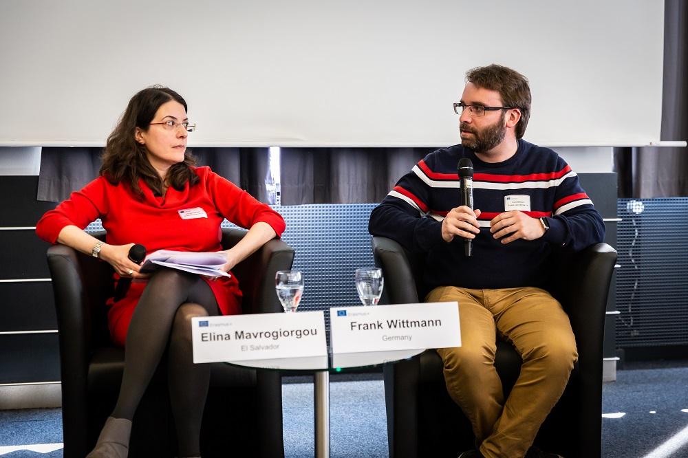 Frank Wittmann und die Moderatorin der Podiumsdiskussion, beide sitzen auf Stühlen.