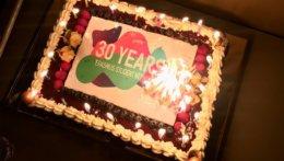 Kuchen mit 30-Jahre Aufdruck und vielen Kerzen