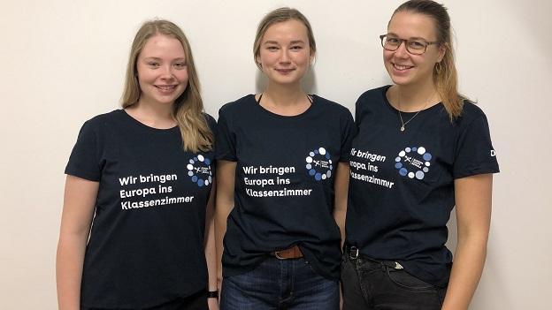 Drei junge Frauen tragen das T-Shirt