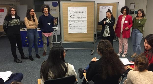 6 Teilnehmer/-innen stellen ihr Plakat zum Thema Italien den anderen Teilnehmer/-innen vor