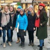 Die Vorstandsmitglieder und die DAAD-Koordination stehen warm angezogen auf der oberen Brücke in Bamberg und lachen in die Kamera.