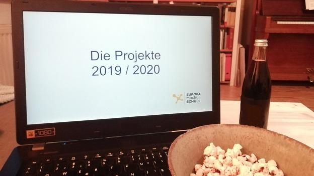 Auf dem Bild sieht man einen Laptop mit der Präsentation: