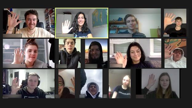 EmS-Projekteilnehmende winken während einer Videokonferenz in die Kamera