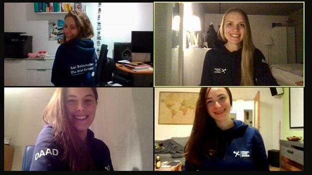 Vier junge Studentinnen vom EmS-Standort-Team Köln tragen den EmS-Hoodie und lächeln in die Kamera