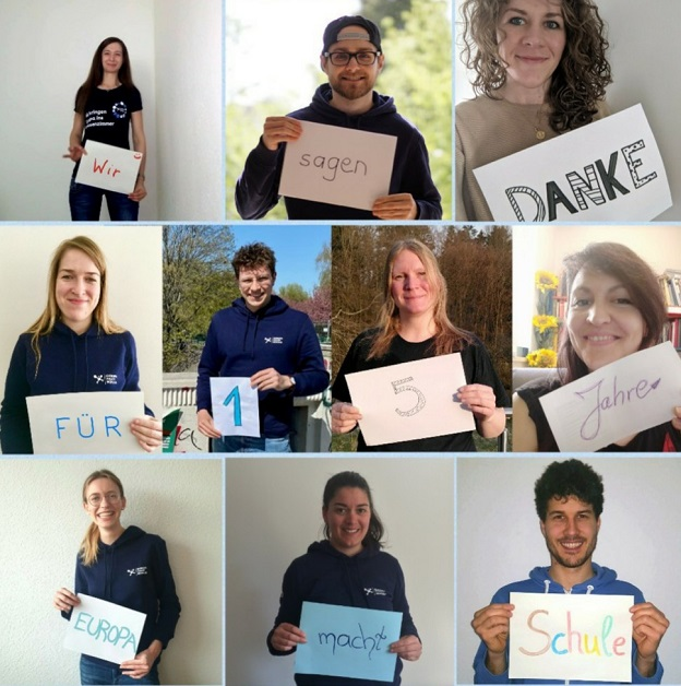 """Zehn junge Erwachsene lächeln in die Kamera und halten ein Schild hoch, auf dem steht: """"Wir sagen Danke für 15 Jahre Europa macht Schule""""."""