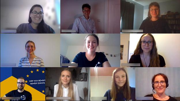 Screenshot einer virtuellen Veranstaltung, bei der viele junge Erwachsene Menschen in die Kamera lächeln