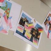 Projektfoto: die Schüler ordnen ihre selbstgebastelten Flaggen zu Fotos und vergleichen Unterschiede zwischen Tschechien und Deutschland.