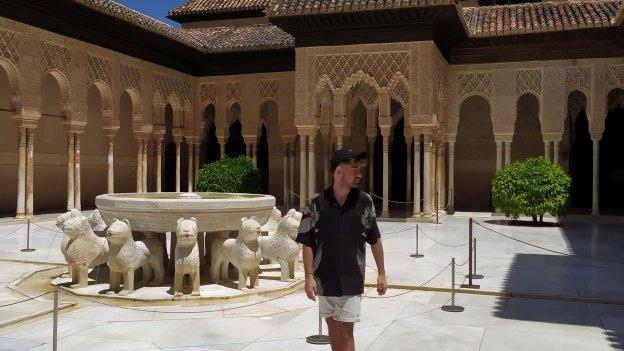 Foto eines spanischen Gaststudierenden in einem Innenhof der Alhambra