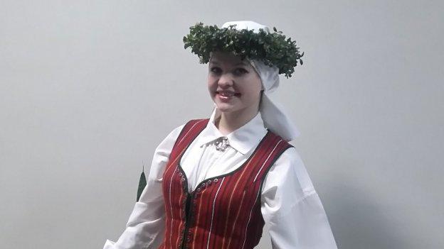 Foto einer lettischen Gaststudierenden in traditioneller Kleidung